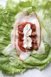 Sandwich de envoltura de lechuga Chicken Club, una idea de almuerzo baja en carbohidratos (keto) que reemplaza una envoltura de trigo por una envoltura de lechuga. ¡Solo 5 ingredientes, y menos de 10 minutos para hacer!