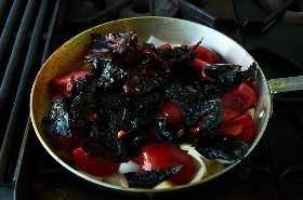 Cocinar chiles y tomates para salsa
