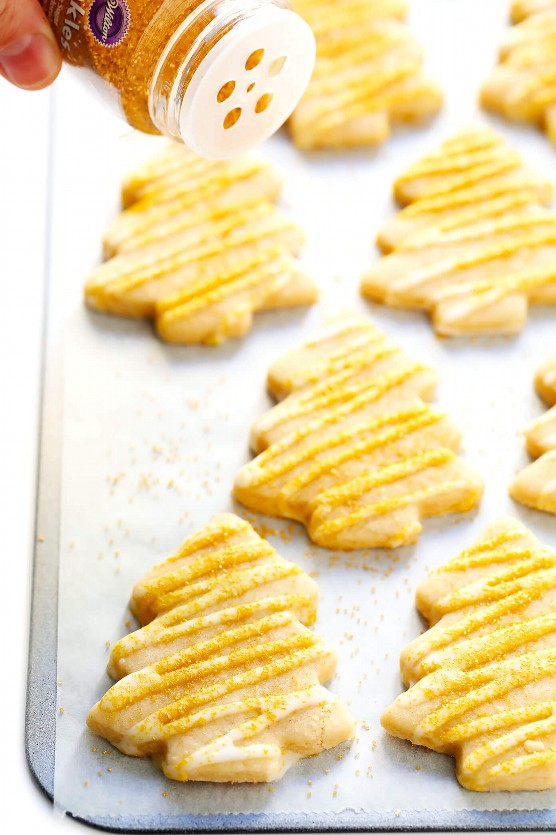 Los árboles de navidad de la galleta de azúcar marrón con oro asperjan