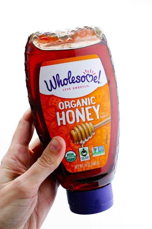 ¡La miel es el principal edulcorante en esta deliciosa receta de Wholesome Carrot Muffins! | gimmesomeoven.com