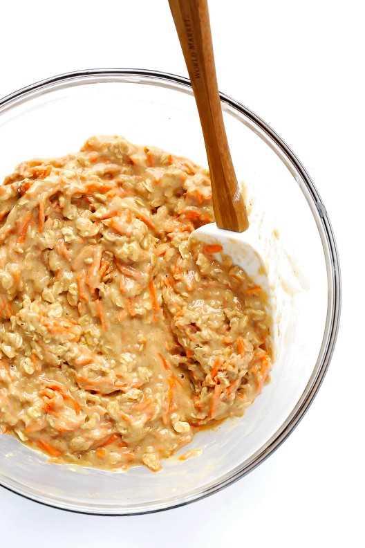 Estos panecillos de zanahoria más saludables son rápidos y fáciles de hacer, y rociados con un delicioso glaseado de miel. | gimmesomeoven.com