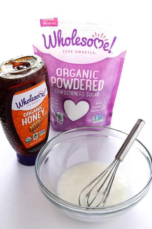 Este glaseado de panecillo fácil está hecho con miel orgánica, azúcar en polvo y un poco de leche. Delicioso | gimmesmoeoven.com
