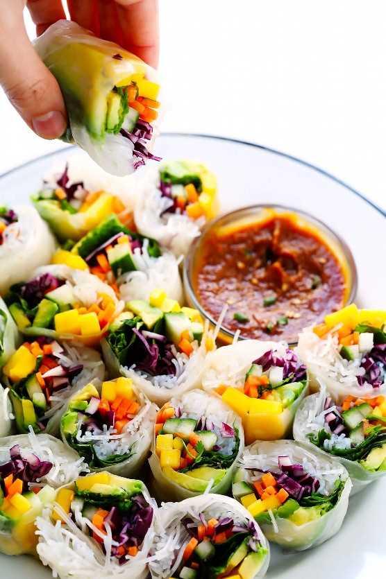 Cómo hacer rollitos de primavera vietnamitas, además de una receta fácil de salsa de salsa de maní