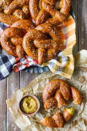 Receta de pretzel suave hecha en casa: ¡Seguí los pasos y salieron perfectamente! Caliente, suave y masticable, con un gran sabor a levadura. ¡Perfecto con una pizca de sal crujiente y un chapuzón en mostaza granulada! #food #recipes #breads