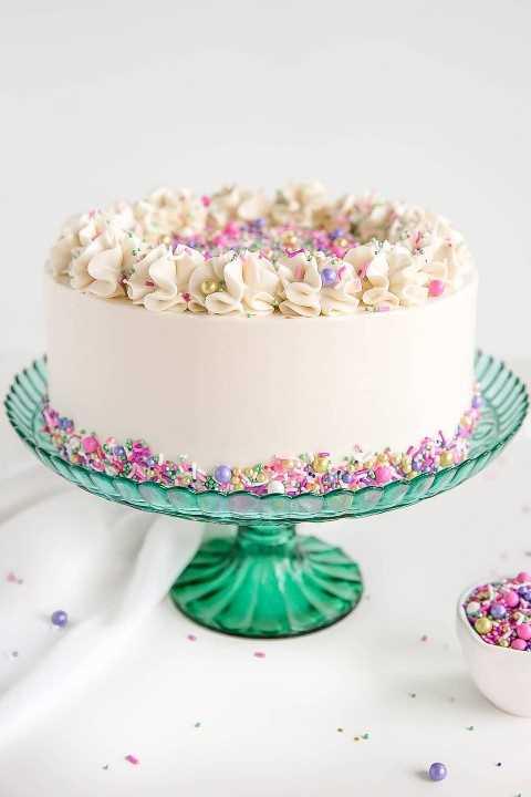 Tarta blanca con crema de mantequilla blanca.