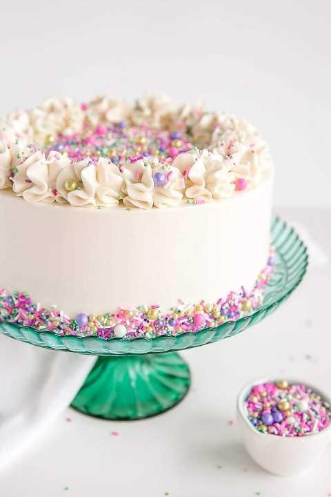 El tiro lateral anguloso de una torta blanca con colorido asperja.