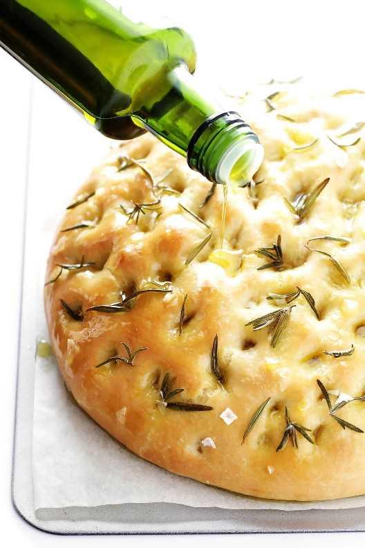 ¡Este delicioso pan de Rosemary Focaccia es perfecto para cualquier buena cena italiana! | gimmesomeoven.com