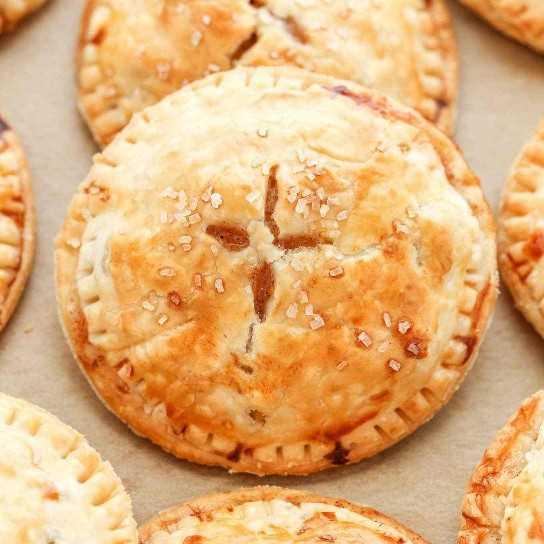 Estos Apple Hand Pies presentan una tarta de manzana dulce que se rellena dentro de una corteza de tarta escamosa y mantecosa. ¡Tan fácil de hacer y perfecto para el otoño!
