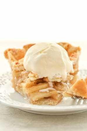 Esta clásica tarta de manzana casera presenta un relleno de tarta de manzana dulce empacado dentro de una deliciosa corteza de tarta escamosa. El pastel perfecto para el otoño o Acción de Gracias!