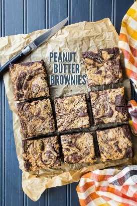 Imagen de arriba de brownies de remolino de mantequilla de maní con superposición de texto.