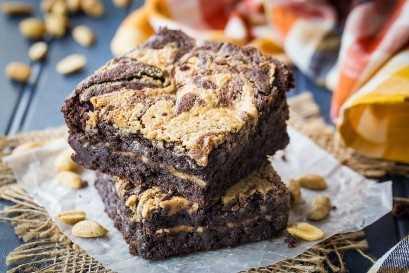 Imagen horizontal de mantequilla de maní, remolinos de chocolate fudge brownies hechos desde cero.