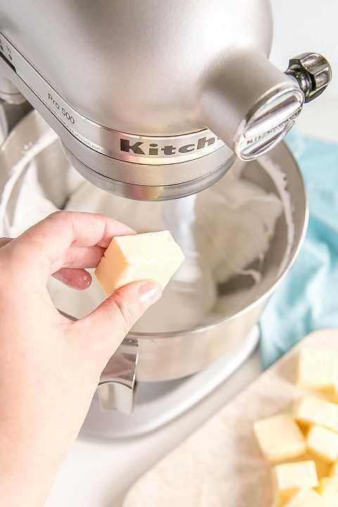 Agregar mantequilla mientras el merengue continúa batiendo.