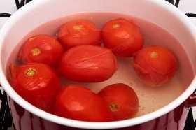 Tomates en agua hirviendo