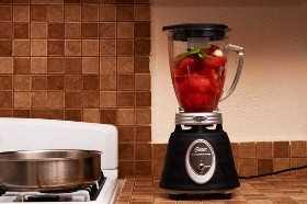 Agregue los ingredientes para la salsa a la licuadora.