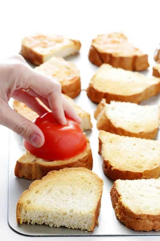 Esta receta de pan de tomate frito español es SUPER rápida y fácil de hacer, ¡y muy fresca y deliciosa!   gimmesomeoven.com