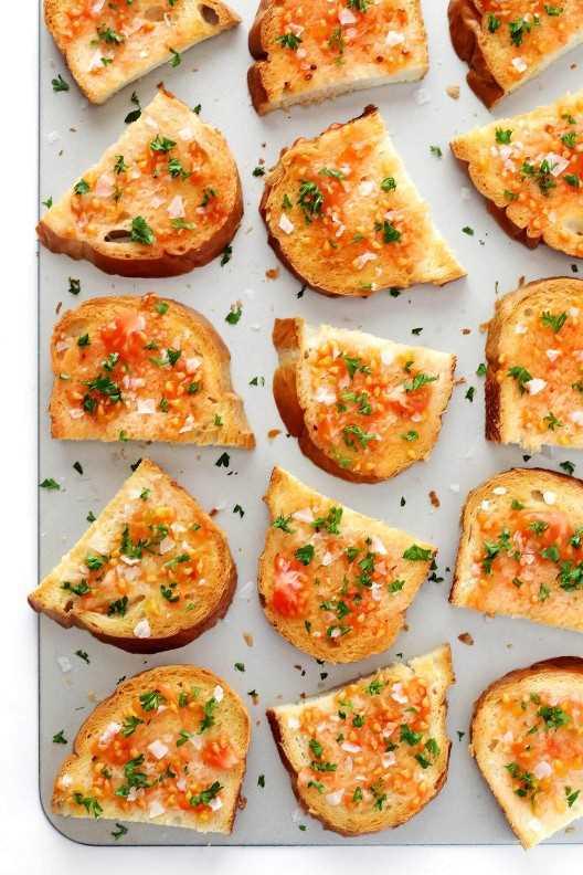 ¡El pan español frito con tomate (Pan Con Tomate) es ultra rápido y fácil de hacer, y está lleno de los mejores sabores frescos! ¡Perfecto como aperitivo o acompañante para cualquier cena entre semana!   gimmesomeoven.com
