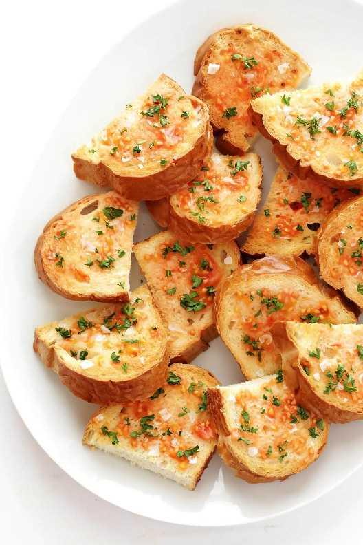 El pan catalán frotado con tomate (Pa Amb Tomàqet) es increíblemente fácil de hacer, ¡y está lleno de los sabores frescos más deliciosos!   gimmesomeoven.com