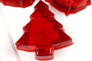 Navidad Cool Whip Jigglers - Jello Jigglers lleno de delicioso Cool Whip. Divertido, fácil y festivo. Niños y adultos disfrutarán de estas sabrosas golosinas navideñas. Esta es una excelente receta de Holiday Jell-o que los niños pedirán una y otra vez. Pin este delicioso postre de Navidad para más tarde y síganos para obtener más ideas geniales de comida navideña. #jello #jigglers #Nuevas de Navidad #Dulces de Navidad #Comida de Navidad #JelloRecetas #Capítulo