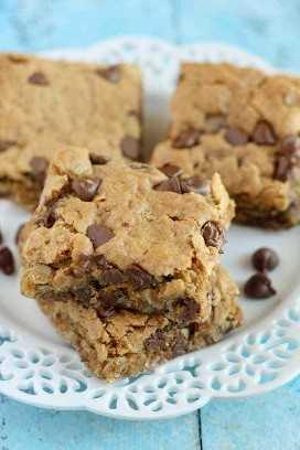 Barras de avena saludables con mantequilla de cacahuate y chips de chocolate