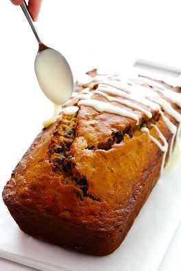 Esta receta de pan de arándano y plátano naranja es fácil de hacer, rociada con un delicioso glaseado de naranja, ¡y perfectamente húmeda y deliciosa! | gimmesomeoven.com