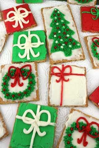 Galletas Graham con helado de Navidad: reúna a los niños, nuestro delicioso glaseado de crema de mantequilla y una caja de galletas de Graham y haga este divertido regalo navideño que es perfecto para una fiesta de Navidad o una noche de diversión familiar. Un postre navideño nunca fue tan fácil de hacer o delicioso para comer. Pin este adorable regalo navideño para más tarde y síganos para obtener más ideas geniales de comida navideña.