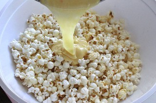 Añadir la mezcla de malvavisco a las palomitas de maíz
