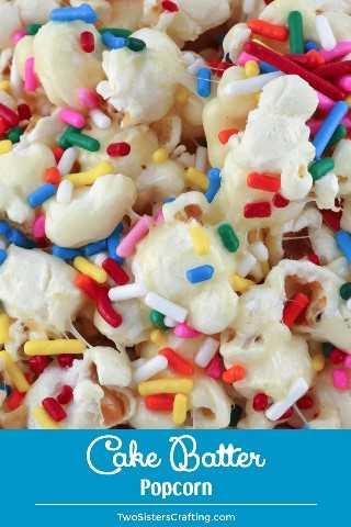 Pastel de palomitas de maíz: dulce, salado, lleno de chispitas y su sabor es como un pastel de cumpleaños. Este delicioso y colorido bocadillo de palomitas de maíz es perfecto para una noche de cine familiar. Pin este divertido obsequio de palomitas de maíz para más adelante y síganos para obtener más ideas geniales de recetas de palomitas de maíz. #CakeBatter #Sprinkles #Popcorn #PopcornRecipes #SweetPopcorn #TwoSistersCrafting