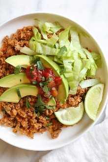 ¡Esta cena fácil de sartén combina carne de taco de pavo molido con arroz con coliflor y lechuga, aguacate y salsa para una comida fácil, baja en carbohidratos durante la semana de la semana!