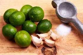 Limones, ajos y sal para marinar.