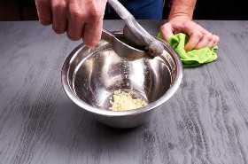 Exprimiendo las limas para la marinada.