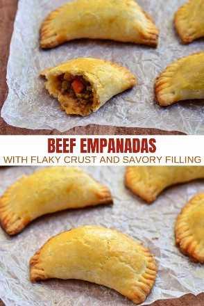 Empanadas con relleno de carne molida dispuestas en una sola capa sobre papel pergamino.