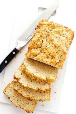 ¡AMO absolutamente mi receta casera de pan de miel y cerveza! Requiere solo 6 ingredientes, es súper fácil de hacer y muy delicioso.   gimmesomeoven.com