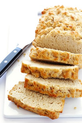 ¡Mi receta de pan de cerveza favorita de todos los tiempos es TAN fácil de hacer! Todo lo que necesita son 6 ingredientes, y este pan endulzado con miel estará listo en menos de una hora.   gimmesomeoven.com