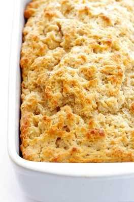 Esta deliciosa receta de Honey Beer Bread no podría ser más fácil de hacer. Simplemente mezcle los 6 ingredientes, póngalos en el horno y ¡este delicioso pan de mantequilla estará listo en menos de una hora!   gimmesomeoven.com