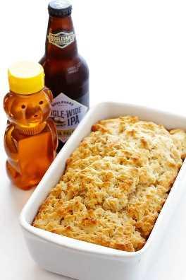 Esta receta de Honey Beer Bread solo requiere 6 ingredientes, y puede estar lista para consumir en menos de una hora. ¡Absolutamente delicioso!   gimmesomeoven.com
