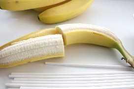 Cortar los plátanos por la mitad