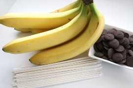 Ingredientes para plátanos congelados blancos y azules rojos