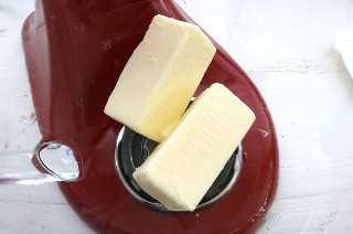 Agregue la mantequilla ablandada al mezclador