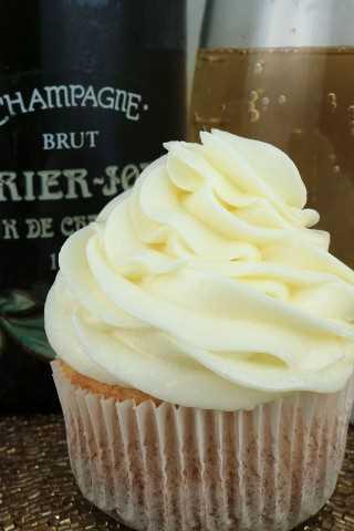 """Champagne Buttercream Frosting es un glaseado cremoso de crema de mantequilla con un toque de sabor a champaña. Una gran opción para cuando necesitas ese postre """"especial""""."""