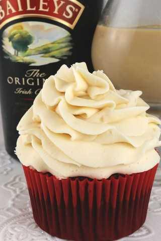 Parte de nuestra serie Boozy Buttercream, este Frosting Bacysys Irish Cream Buttercream es dulce, cremoso y delicioso con solo un toque de licor de crema irlandés Baileys.