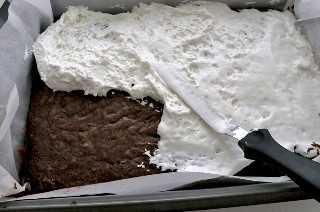 Agregue una capa de crema de malvavisco a las golosinas patrióticas de Krispie de arroz con brownie