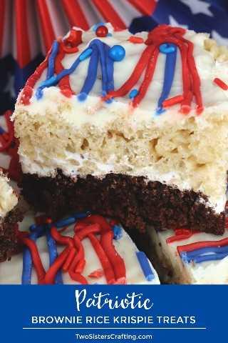 Patriotic Brownie Rice Krispie Treats: ideal para una fiesta del 4 de julio o una barbacoa del Día de los Caídos (Memorial Day), estas hermosas y deliciosas barras de postres tienen Brownies y Rice Krispie Treats. Tu familia te pedirá que hagas estos postres patrióticos el 4 de julio una y otra vez. Pinque estos fantásticos premios del 4 de julio para más adelante y síganos para obtener más ideas divertidas del 4 de julio sobre comidas. # 4thofJuly #fourthofjuly # 4thofJulyTreats #RiceKrispieTreats #RedWhiteandBlue #TwoSistersCrafting