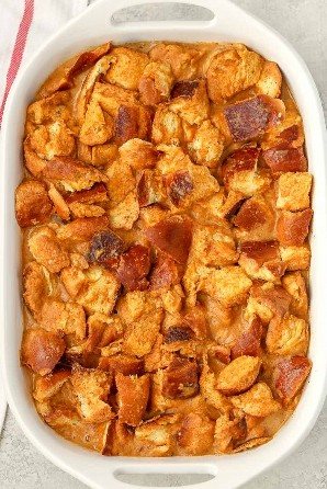 Este pudim de pão de abóbora é feito com purê de abóbora, pão de chalá e outros ingredientes simples. A sobremesa fácil perfeita para o outono!