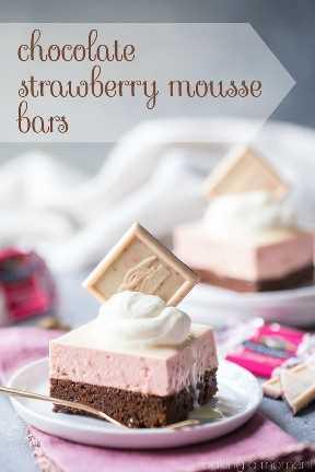 Barras de mousse de chocolate y fresa: capas de torta de chocolate casi sin harina y mousse de fresa, cubierto con un glaseado de chocolate blanco. ¡Susurro ligero y tan bonito! #alimentos #postres #chocolate #strawberry #valentinesday #pink #mousse