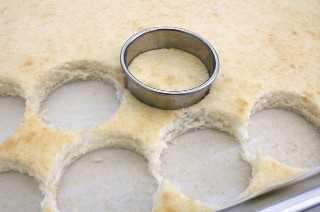 Cortar círculos redondos de pastel.