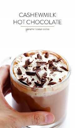 Chocolate Quente com Caju - Feito com leite de caju cremoso e rico, naturalmente sem leite, rápido e fácil de fazer, e TÃO delicioso! | gimmesomeoven.com