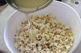 Verter la mezcla de malvavisco en las palomitas de maíz.
