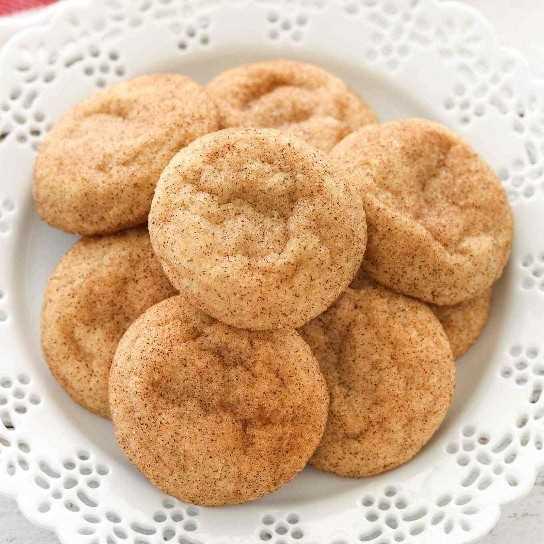 Galletas suaves, masticables, recubiertas con canela y azúcar. ¡Estos Snickerdoodles se hornean súper gruesos y resultan perfectos cada vez!