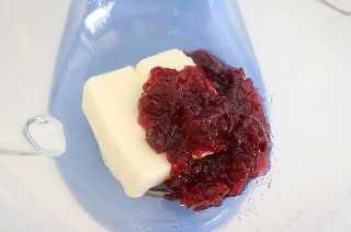 Añadir la mantequilla y la salsa de arándanos en la batidora.