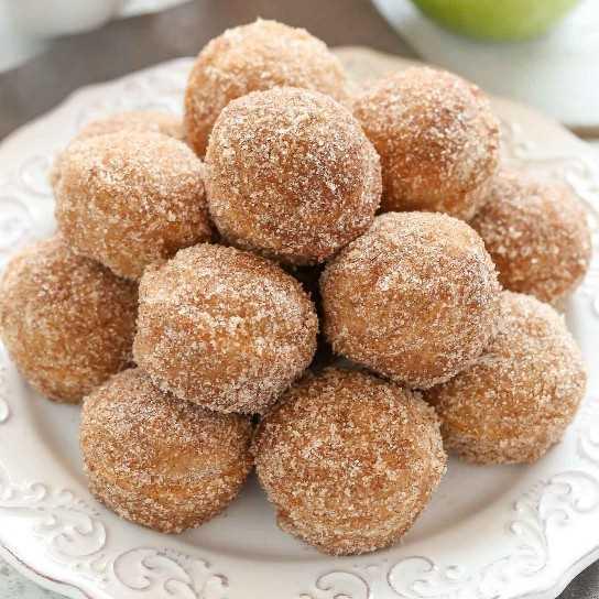 Una receta fácil para los agujeros de buñuelos de sidra de manzana al horno cubiertos con canela y azúcar o un glaseado de sidra de manzana. Además de las instrucciones sobre cómo hacer donuts de sidra de manzana al horno también!